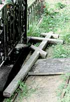 ПАМЯТЬ: почитатели актера приходили поклониться и простому деревянному кресту
