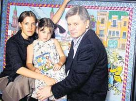 САВИНА И БОНДАРЕНКО С ДОЧКОЙ: на фоне подаренной Виктором картины
