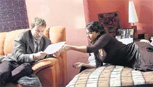 РАБОЧИЙ МОМЕНТ: Дмитрий Зеничев и Анна Димова репетируют «злодейскую» сцену