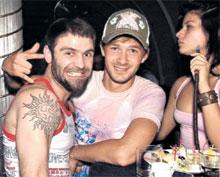 ВРЕДНАЯ ПРИВЫЧКА: пока Сычев развлекается с друзьями, Суркова нервно курит в стороне