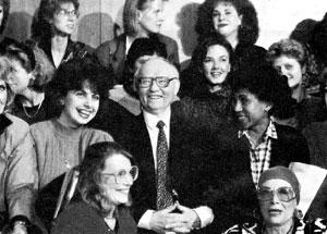 ШЕФ КГБ: в годы перестройки не чурался фотографироваться в компании журналистов Татьяны Митковой (слева от Крючкова), Елены Ханги (справа от него), фотографа Галины Кмит (справа внизу) и многих других