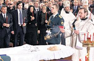 ОТПЕВАНИЕ БОРИСА ЕЛЬЦИНА: внук Борис (второй слева) стоит рядом с Валентином Юмашевым и Полиной Дерипаской