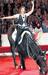 УМЕЛАЯ НАЕЗДНИЦА: Анита заставила лошадку бить поклоны!