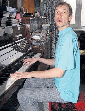 Критик, с отличием закончивший музыкальную школу, каждое утро посвящает музицированию