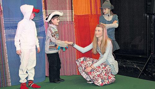 Сцена из спектакля: в актерском мастерстве дети не уступают своим родителям