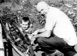 Счастливый отец с дочкой Машей на отдыхе в Комарово (1966 г.)
