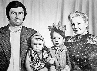 Юля (вторая слева) с папой Александром Петровичем, сестрой Леной и мамой Зоей Григорьевной