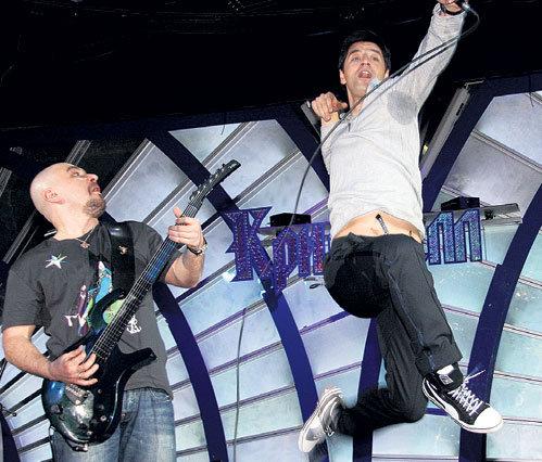 ТРОФИМ чуть гитару не уронил, засмотревшись на акробатические прыжки греческого певца