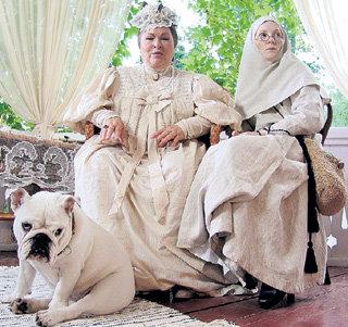 Помещица Татищева (Нина УСАТОВА) делится секретами выведения белых бульдогов с Пелагией (Полина КУТЕПОВА)