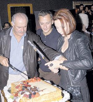 Бывшие супруги с сыном Степаном на открытии ресторана «Вертинский»