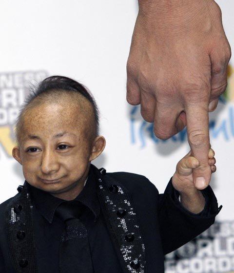 Хэ Пинпин держится за палец гиганта Султана. Фото: АР