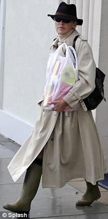 Несмотря на дождливый день, актриса была в тёмных очках. Фото Daily Mail