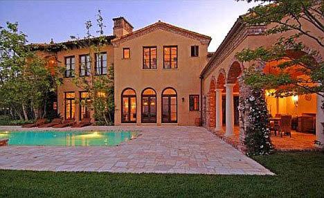 Роскошный дом, расположенный на Голливудских холмах, построен и декорирован в тосканском стиле. Фото: Daily Mail