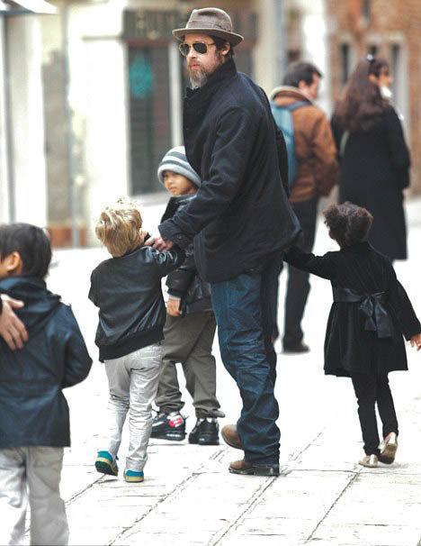 Брэд Питт с детьми на прогулке в Венеции. Фото Daily Mail.