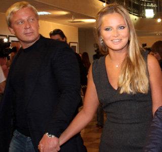 В прошлом году Дана Борисова везде появлялась с другом Алексеем - даже шли разговоры о свадьбе. Но колечко на пальчике у Даны так и не появилось, и телеведущая продолжает жаловаться на тяготы жизни матери-одиночки