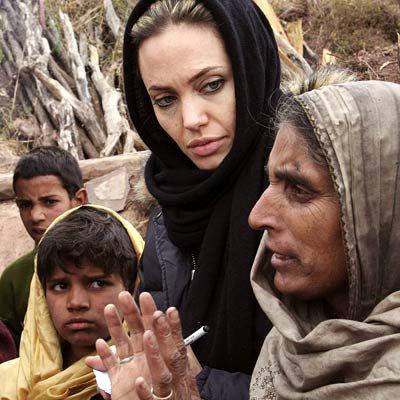 Если верить автору книги, во время благотворительных поездок Анджелина и Брэд любят забить косячок