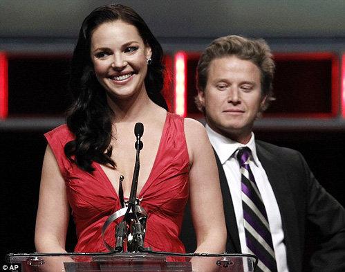 Ведущий Билли Баш опасливо смотрел на спину актрисы, боясь повторного конфуза - фото The Daily Mail
