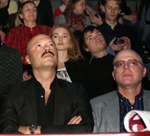 На вручение премии «Белый квадрат» Оксана АКИНЬШИНА и Дмитрий ЛИТВИНОВ прилши вместе (на фото - на заднем плане). Фото Анатолия МЕЛИХОВА