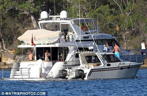 Певец нанял яхту, аренда которой стоит 400 фунтов в час. Фото: Daily Mail
