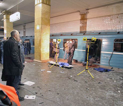 Следователи работают на месте взрыва на станции
