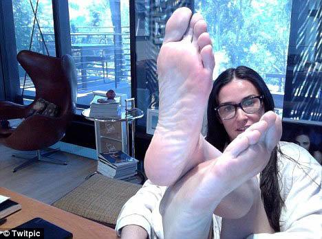 Дэми не прочь выложить в Твиттере и свои прекрасные ножки.