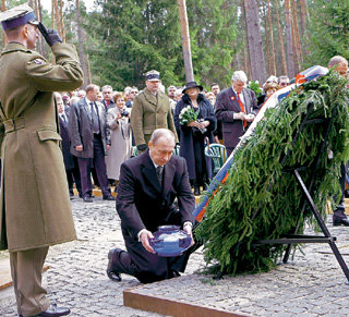 Владимир ПУТИН преклонил колени в память об убитых польских офицерах