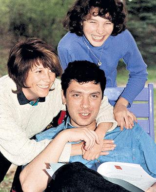 Борис НЕМЦОВ с первой супругой Раисой и дочерью Жанной, которой сейчас 26 лет (фото nemtsov.ru)