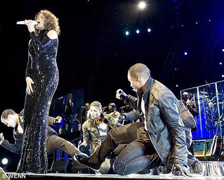 Уитни не попадала в ноты и капризничала, так что разочарована фанов - фото The Daily Mail