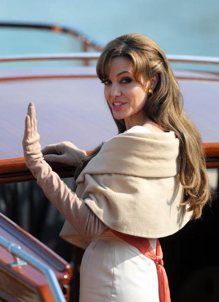 Возможно, Анджелину просто подвел неудачный покрой платья. Фото: Zimbio.com