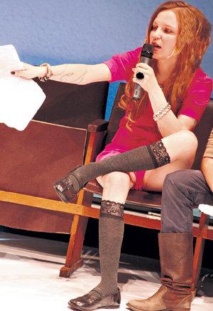 На протяжении всего действа создательница «Школы» демонстрировала прелестные ножки