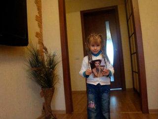 Племяшка Ирины ШЕЙК скучает по тётушке-супермодели и, когда та долго не приезжает в Челябинск, малышка играет с её фотографией