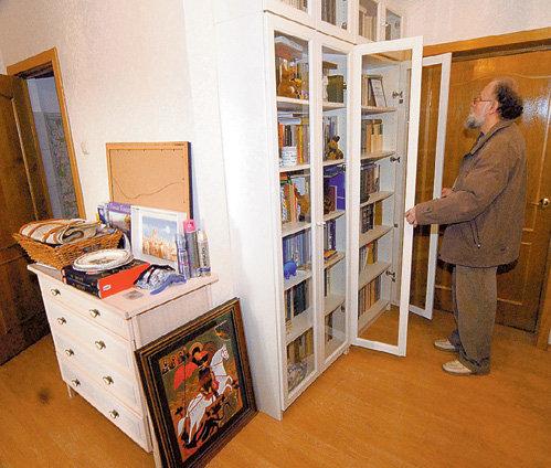 Все книжные шкафы Владимир ЧУРОВ собрал своими руками