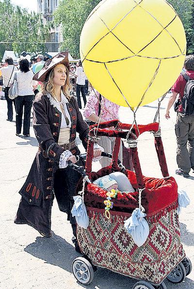 В люльке «воздушного шара» уютно устроился будущий путешественник