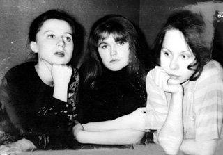 Со студенческими подружками Екатериной КУЛАКОВОЙ и Диной КОРЗУН (1993 г.)