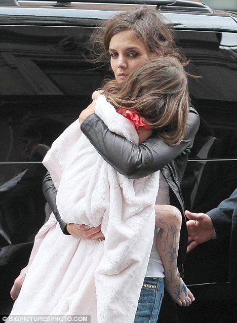Кэти как всегда завернула дочку в одеяло. Фото: Daily Mail