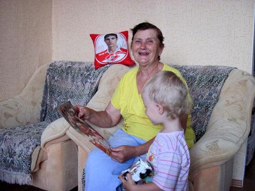 Бабушка Павлюченко показывает фото правнучки Кристины