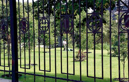 Недавно разбитый сад у замка пародиста явно нуждается в услугах садовника