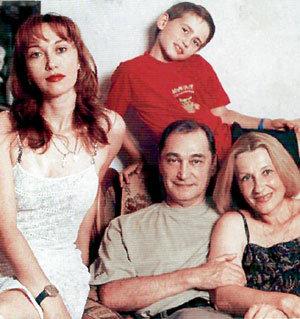 Театральное семейство в полном составе: Владимир Борисович (в центре) с женой Аллой (справа), дочкой Ириной и внуком Егором
