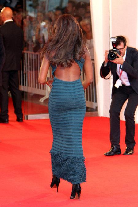 Цвет платья модели...