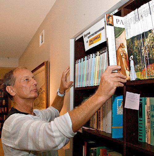 Михаил ЗАДОРНОВ расставляет на библиотечных полках книги от «Экспресс газеты»