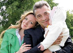 Образцовым отцом Николай стал с третьей попытки. На фото с нынешней женой Катериной и дочкой Ниной (лето 2008 г.)