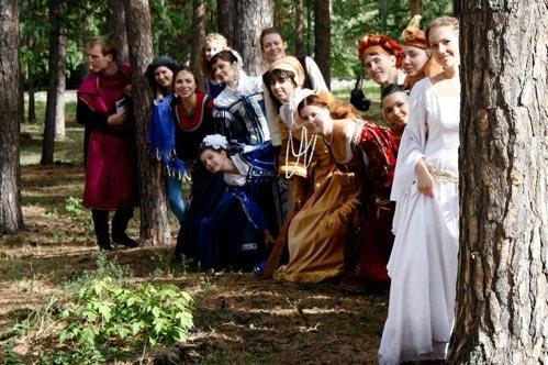 Гости помогают жениху искать Анастасию, спрятанную родителями в лесу