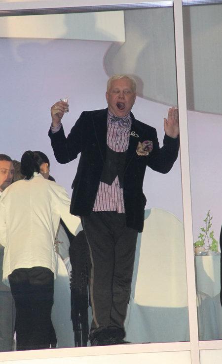 Пьяный Борис танцевал и кривлялся...