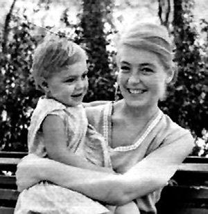 Даже в детстве Настенька видела маму очень редко
