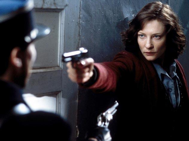 Молодой и привлекательной журналистке неоднократно приходилось убивать мужчин в немецкой форме. Кадр из фильма «Шарлотта Грей»