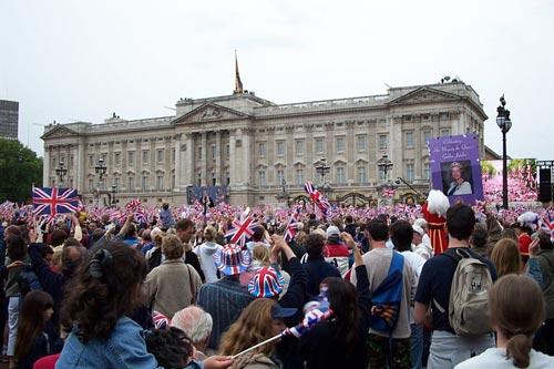 Британцы у королевского дворца во время празднования 50-летнего («золотого») юбилея правления Елизаветы II, 2002 г. ru.wikipedia.org