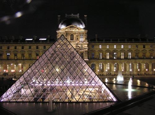 Стеклянная пирамида в Лувре (Париж) — постмодернистская отсылка к Великим пирамидам Гизы. wikimedia.org