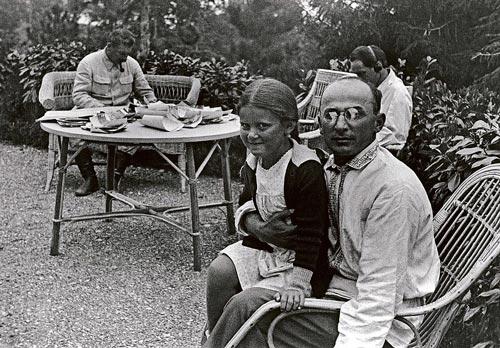 Берия с дочерью Сталина; сам генералиссимус – за столом, на заднем плане