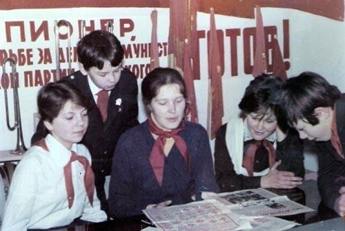 Подготовка к уроку политинформации в советской школе. 22-91.ru