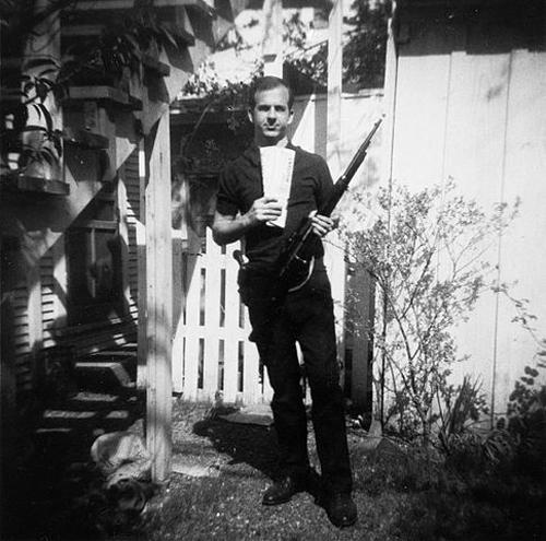 Освальд у своего дома с винтовкой «Каркано», март 1963 г. wikimedia
